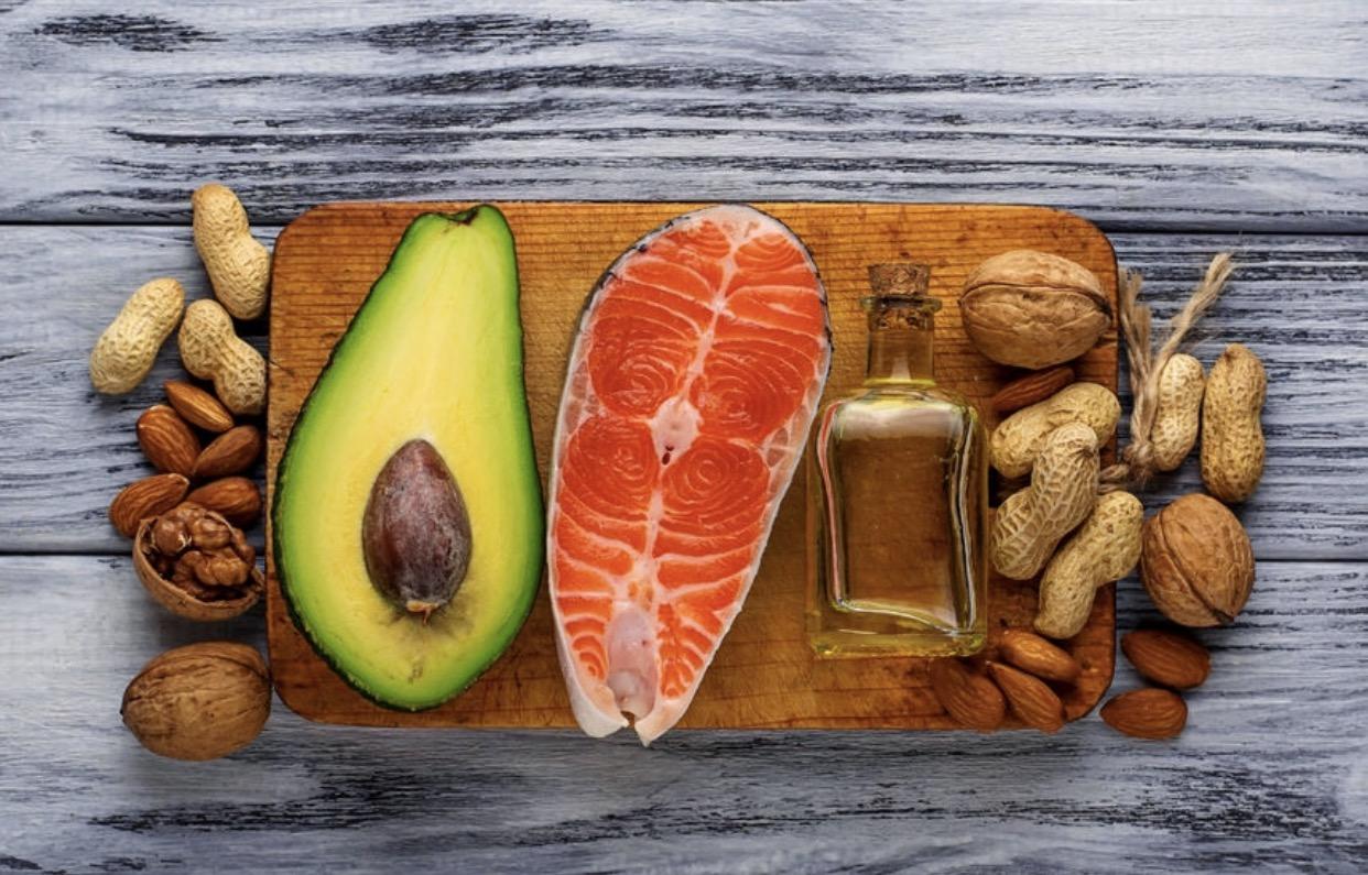 Manger de bons acides gras comme le gras poly-insaturés, le mono-insaturés ou même le saturé est quelque chose de fondamental pour maintenir une bonne santé mais également pour être satisfait de ses différents repas. Pensez donc à les inclure à chacun d'entre eux.